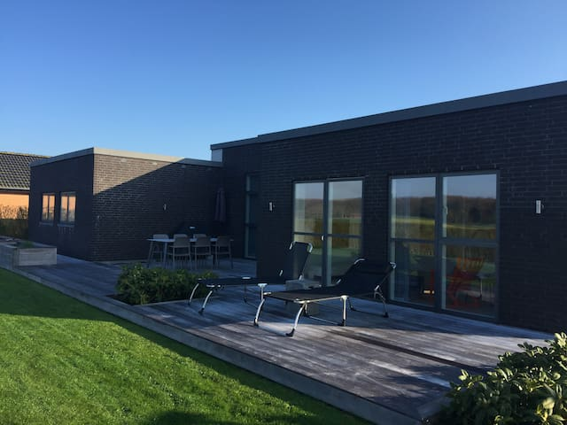 Nice luxury house together with a 4 person car - Lystrup - House