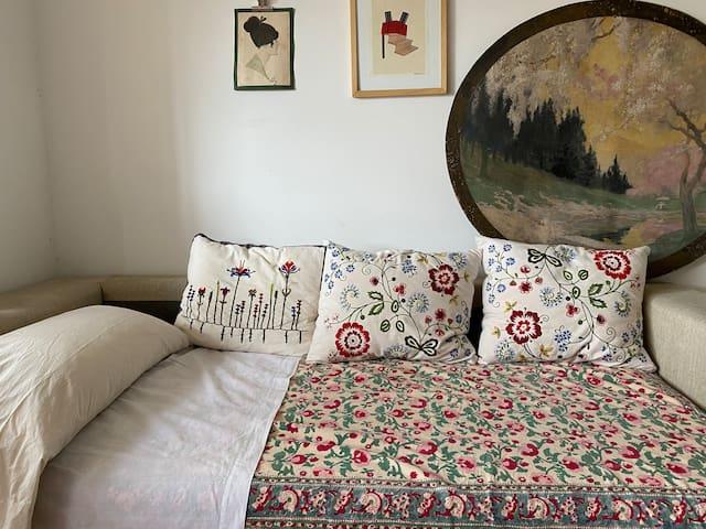 Habitación preciosa con sofá muy cómodo.