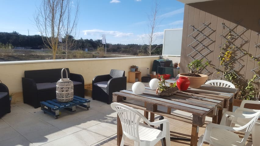 T2 + terrasse et jacuzzi plein Sud à Castries