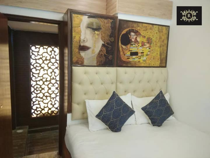 Compact Cozy Room at Connaught Place