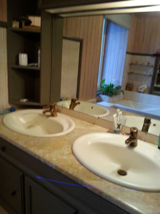Sdb baignoire + douche réservée aux locataires