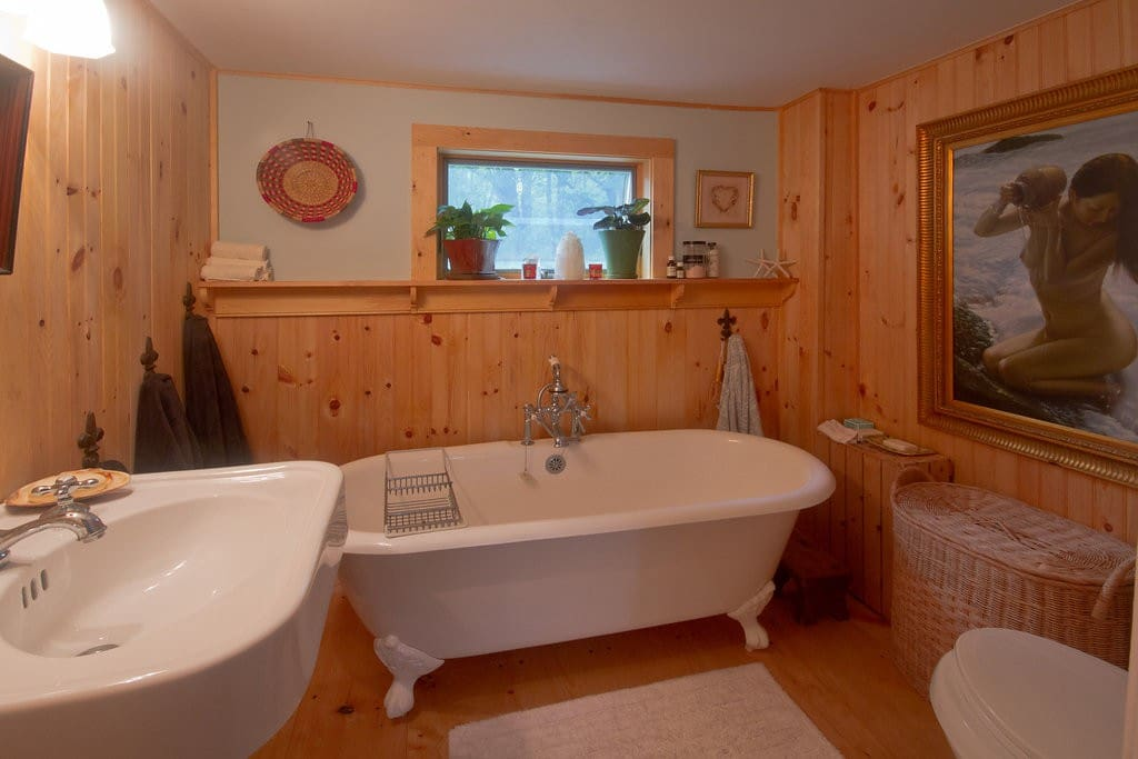Luxurious bath with essential oils and salt available for one or two at a time! :