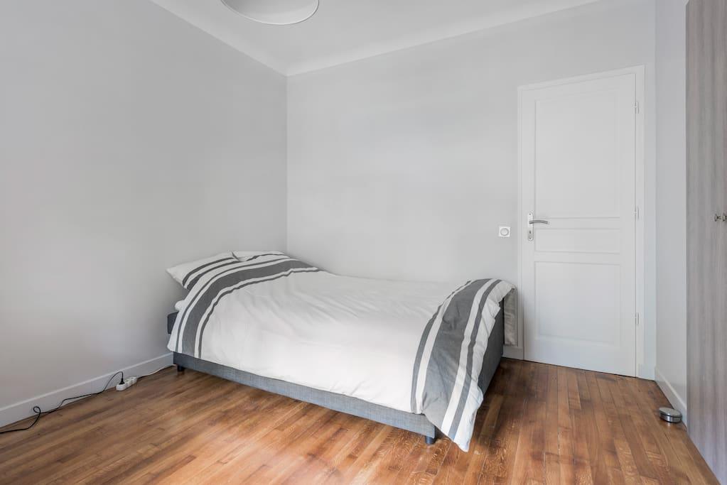Agrémenté d'un surmatelas (queen size) pour plus de confort / High quality queen size mattress topper for comfort
