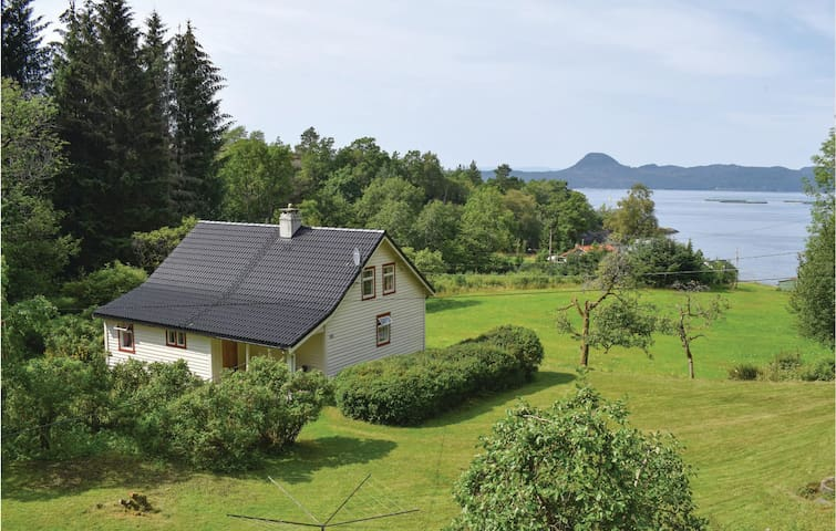 Holiday cottage with 2 bedrooms on 135m² in Skånevik