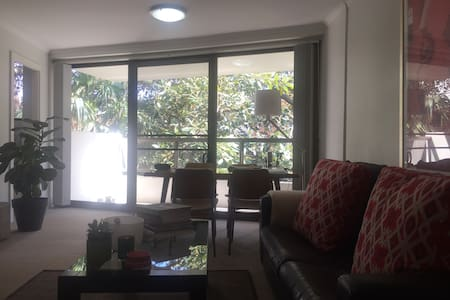 Spacious 1 Bdr Apt + Study with a leafy outlook - Rushcutters Bay - Huoneisto