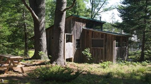 塩水ホームステッドにある2つの松の小屋