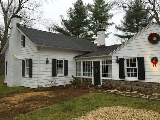Completely Renovated Historic Schoolhouse - Pound Ridge - Huis