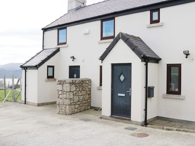 PEN Y FFRIDD FARM, pet friendly in Llandudno, Ref 988310