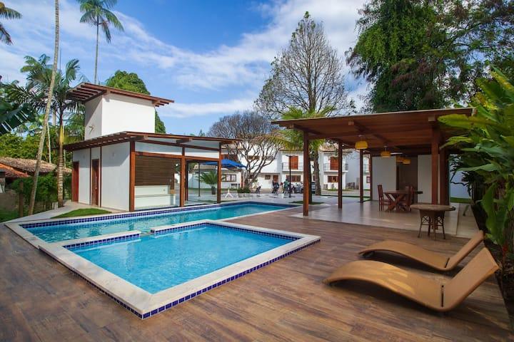 Casa Caiçarinha perto do centro com ar e piscina