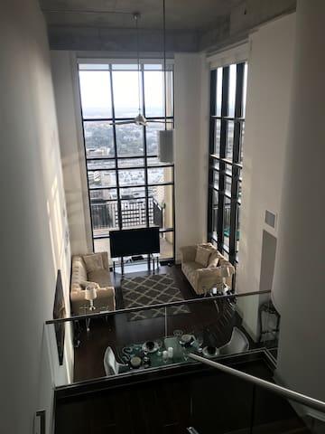 Royal 2 Story Penthouse 15 min to UniversalStudios