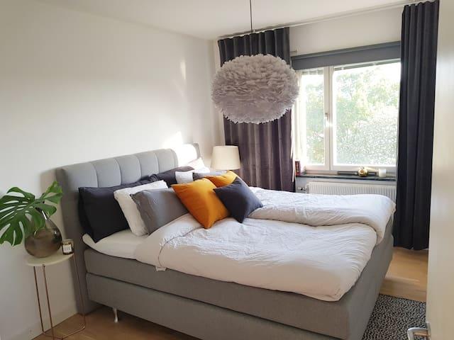 Ljus och fräsch lägenhet med stor balkong