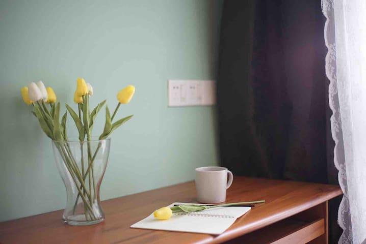 阳光洒在书桌上