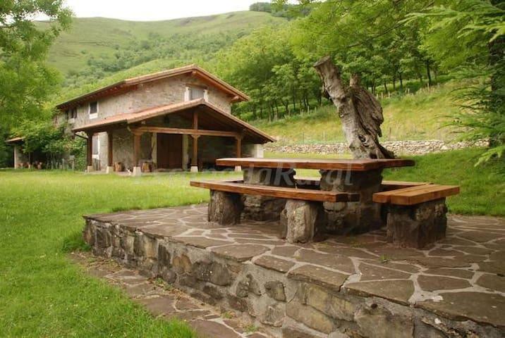 Casa rural aislada en plena naturaleza.