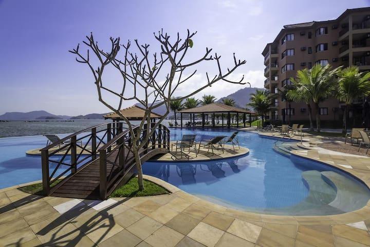 Piscina com borda infinita e piscina térmica