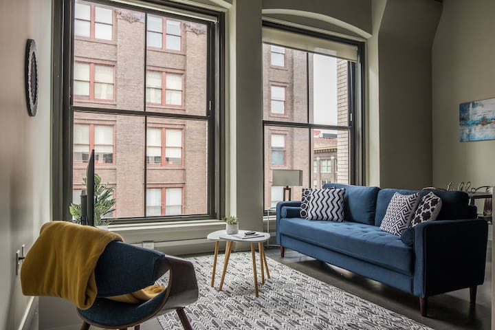 Incredible 1BR Apt Near City Market w/ Pool + Gym