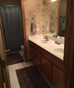 Queen bed, private bath, driveway parking - House