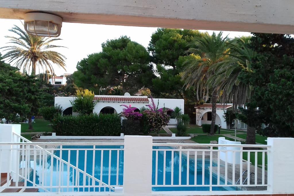 Vista de la piscina desde la terraza común que hay en el complejo de apartamentos