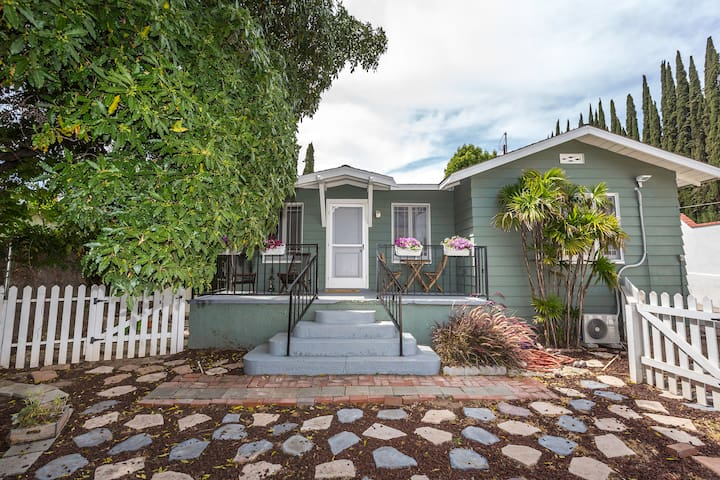 2-Bedroom Garden Bungalow with Vibrant Yard - Los Angeles - Casa