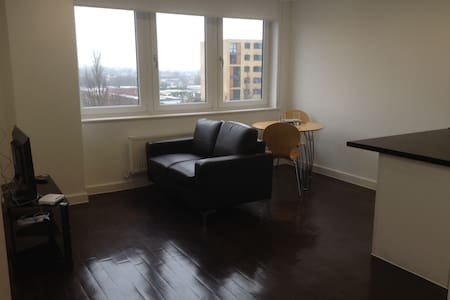 5th Floor, 2 Bed, 2 Bathroom Apartment, Clean - Basildon