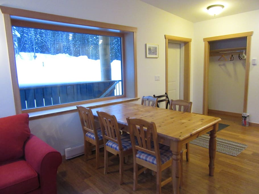 Dining & Entrance Big windows with up/down blinds