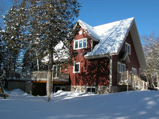 WOW! WATER FRONT COTTAGE / TREMBLANT FULL NATURE - Mont-Tremblant - Hytte (i sveitsisk stil)