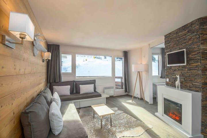 Le salon avec cheminée électrique, écran plat...