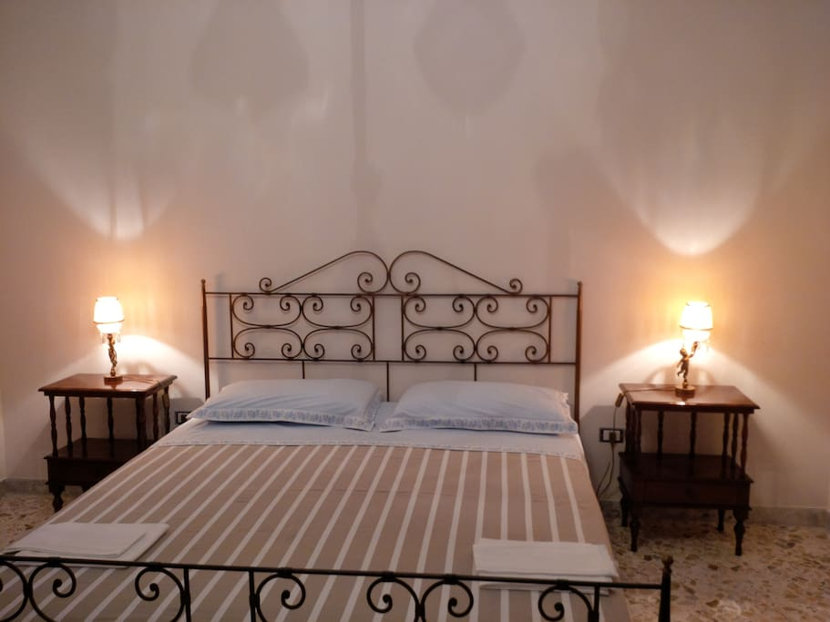 Stanza da letto matrimoniale: letto in ferro battuto con lenzuola nuova e sempre pulite.