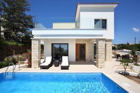 Golden Villa No 2, 3B/R - Chloraka