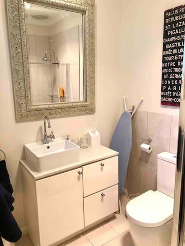 Bathroom with Ralph Lauren Westcott luxury fine towels