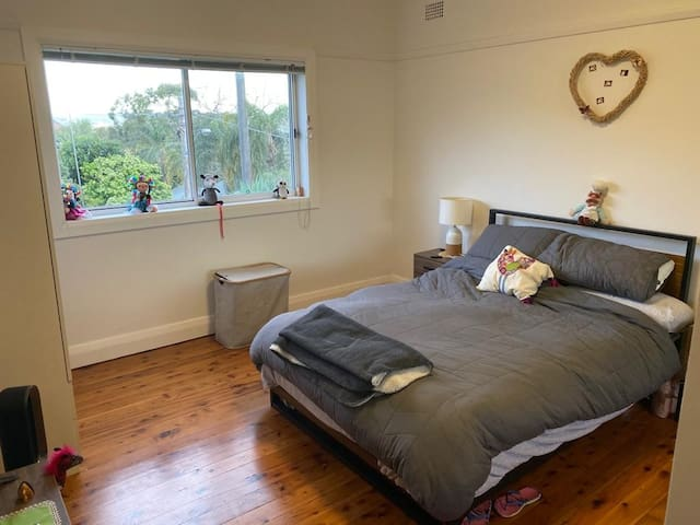 Cosy and Comfortable Bedroom near Manly Beach!!