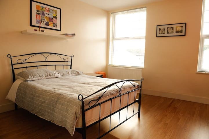 Lovely room with private bathroom in zone 2 - London - Apartment