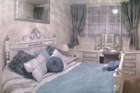 Stunning Luxurious Double Room. Constant Hot water - Yeadon - Haus