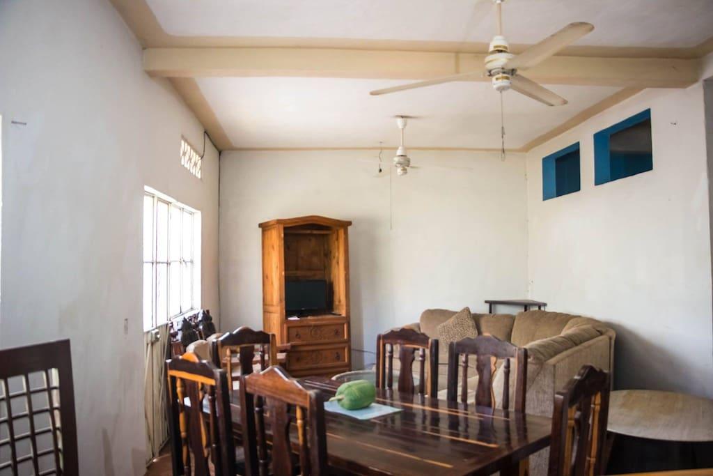 Comedor, sala y cocina completamente amueblada