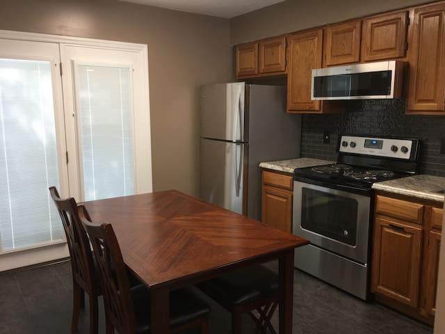 Newly appointed 2 Bedroom, 1.5 Bath in the City
