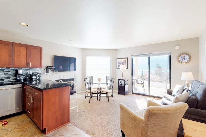 Deluxe one bedroom condo w/lake views, shared pool/hot tub, nearby beach, & more