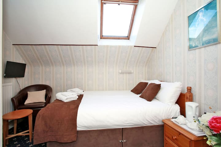Double room 8 with shared bathroom
