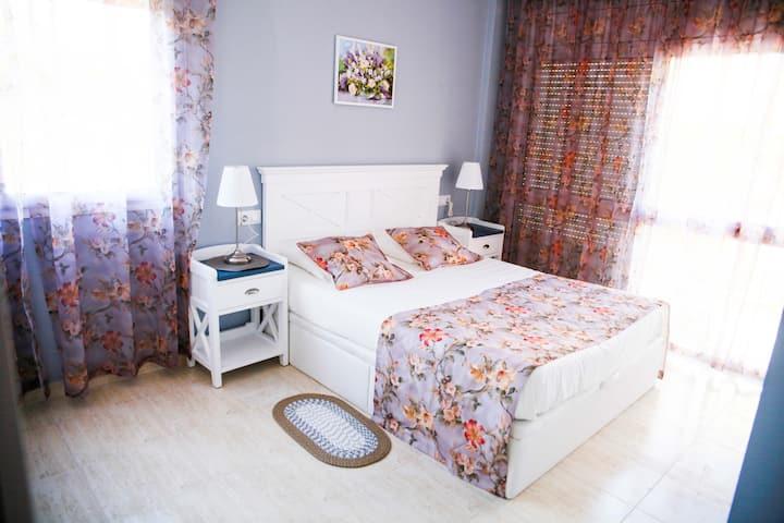 светлая квартира, 2 минуты от моря, 2 спальни.