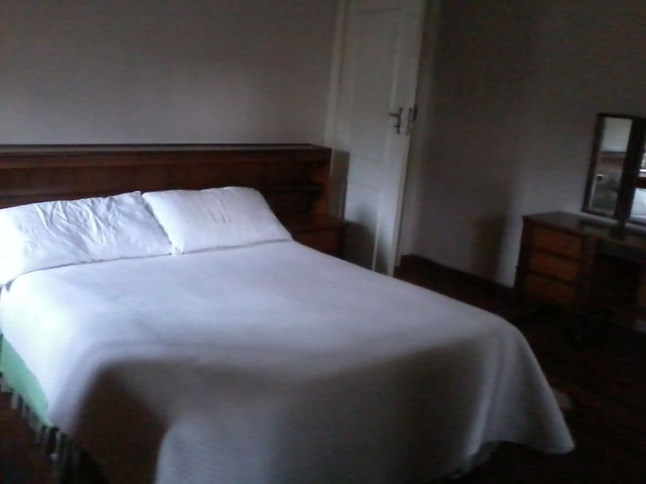 Double bed with en suite bed and breakfasts for rent in for Beds zimbabwe