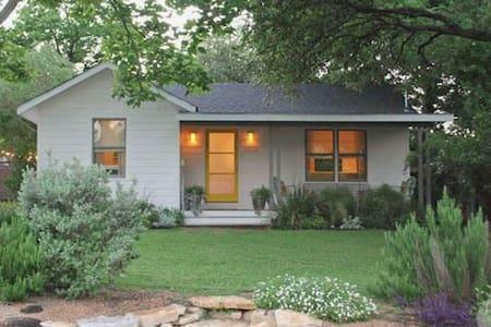 Contemporary East Austin Bungalow - Austin - House