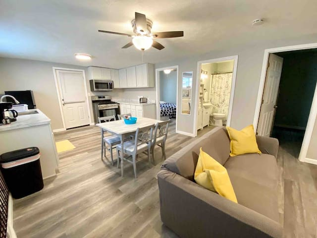 New renovated cottage steps away from GOTL