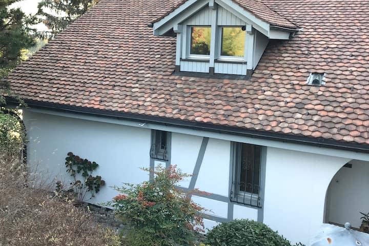Privates & modernes Zimmer in grossem Familienhaus
