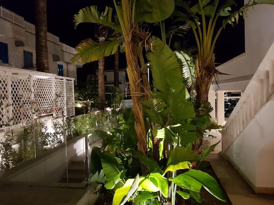 vista su giardino adiacente al terrazzino privato esterno