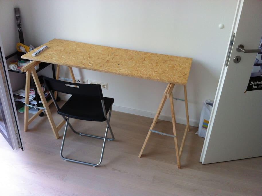 Schreibtisch im Zimmer.