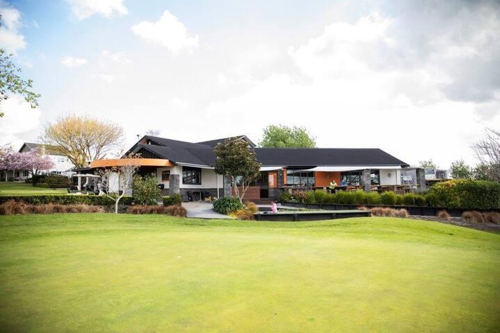 Maxwell's Golf Retreat - Homestay Room 6