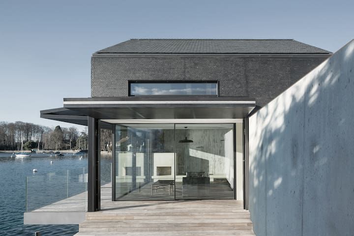 Newly built award-winning cottage on lake Thun.