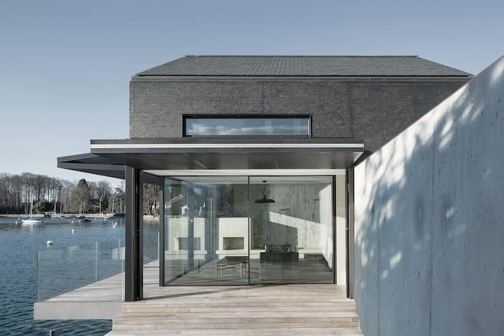 Newly built award-winning cottage on lake Thun.