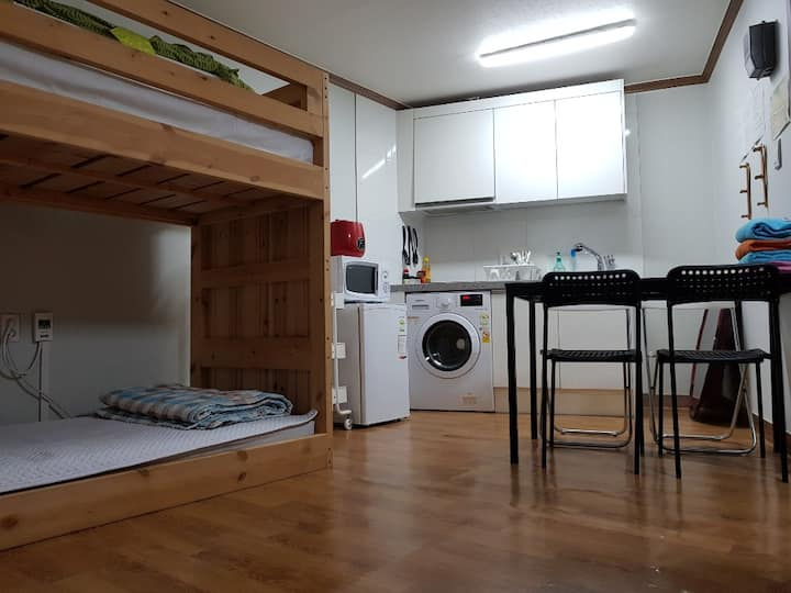 HUGE studio WITH 4 BEDS in seoul near subway 모임최적