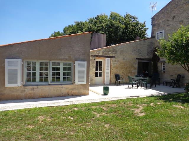 Ancien Chai Charentais, jardin clos - La Jarne - Huis