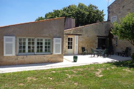 Ancien Chai Charentais, jardin clos - La Jarne - Hus