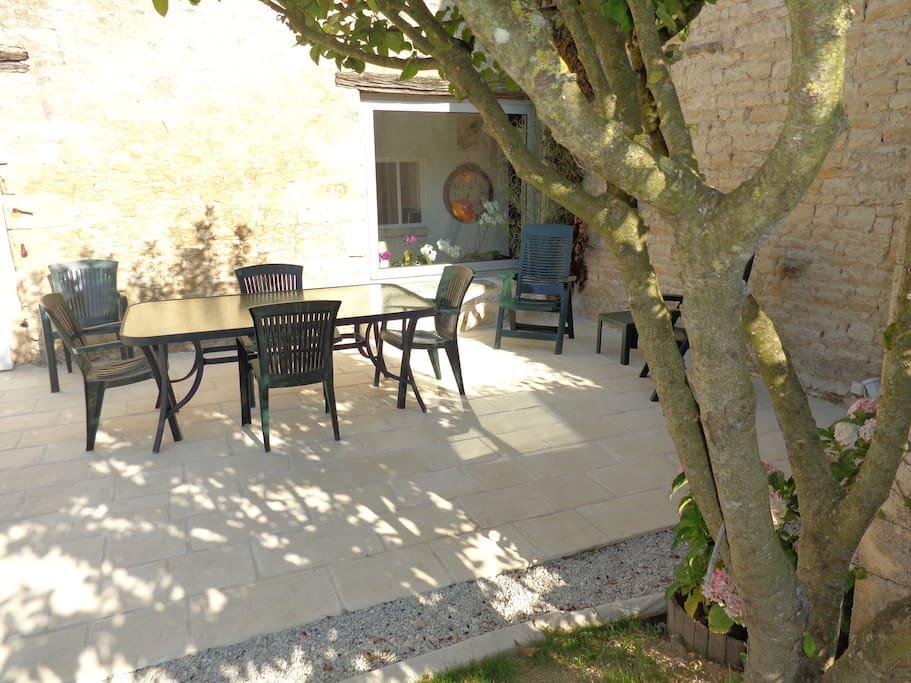 Ancien chai charentais jardin clos maisons louer la - Terrasse jardin botanique montreal poitiers ...
